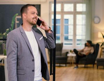 Freude bei der Arbeit - Dirk Walther ist einer der beliebtesten Berater bei Comfortplan.de