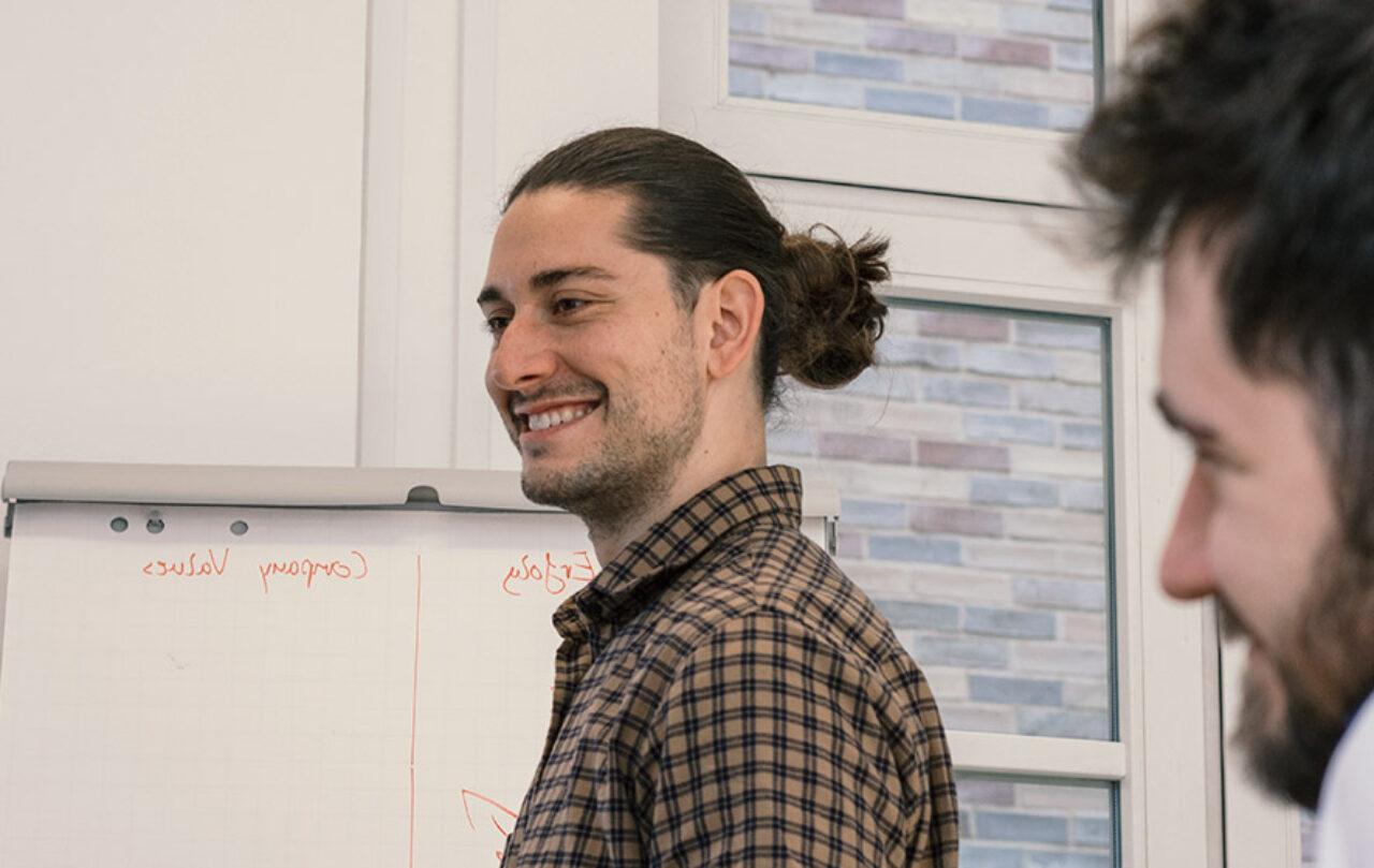 Freude bei der Arbeit - Maximilian Gruber ist einer der beliebtesten Berater bei Comfortplan.de