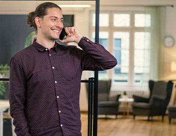 Beratung gefällig? Maximilian Gruber ist unser allzeitbereiter Versicherungsexperte.