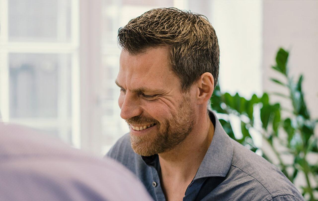 Freude bei der Arbeit - Sven Lueckerath ist einer der beliebtesten Berater bei Comfortplan.de