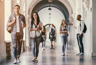 Lernen, leben, Freude haben - das Studentenleben kann schön sein und mit den richtigen Versicherungen sogar noch entspannter.